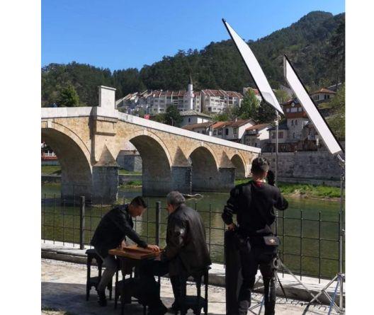 """""""Zagrli ovaj grad"""" je pjesma na kojoj su radili brojni muzičari iz Konjica, a izvode je Berin Buturović, Dado Macić, Zejd Šoto i hor Sejfullah. Autor teksta i muzike je Fadil Buturović, a aranžman potpisuje Mahir Sarihodžić"""