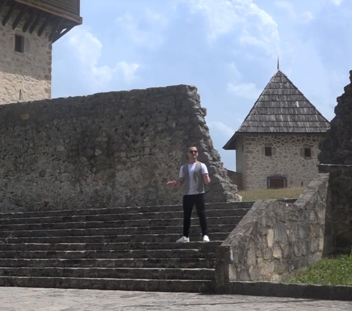Kenan Mačković daje svoj veliki doprinos izvornoj muzici Balkana. Svoje interesovanje usmjerio je ka interpetaciji tradicionalne muzike Bosne i Hercegovine