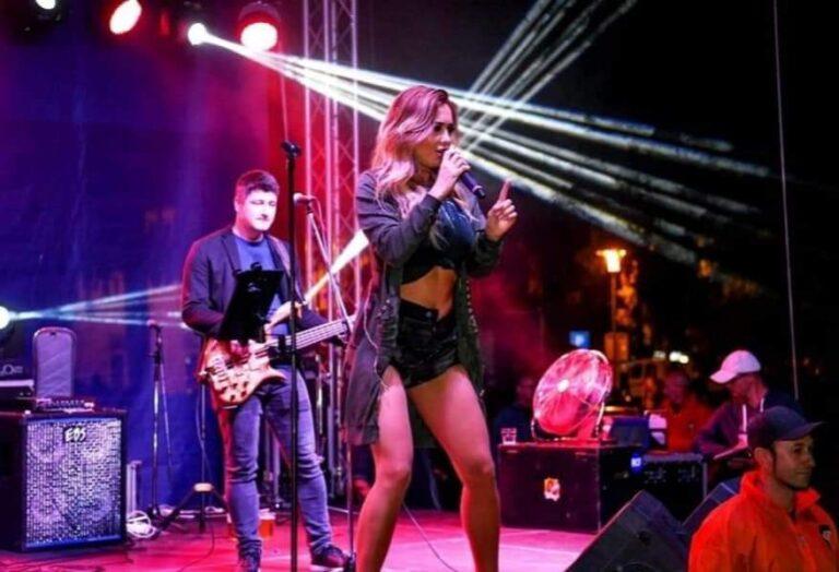Lidija Bačić jedna je od onih pjevačica koja će uvijek, ali baš uvijek, izazvati pažnju. Što zbog svoga stasa, kojemu će